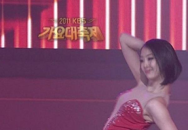 """Những vụ trang phục """"phản chủ"""" trên sân khấu Kpop"""