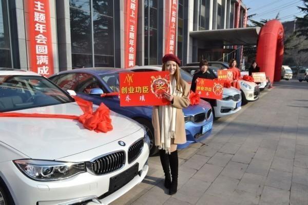 Cô chủ 9X 'chịu chơi' khi trao thưởng 3 chiếc BMW cho nhân viên xuất sắc nhất