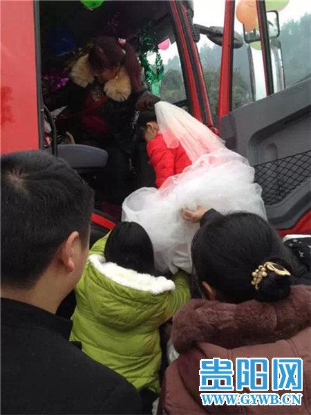 Đám cưới gây chú ý bởi đoàn rước dâu gồm 12 chiếc xe tải