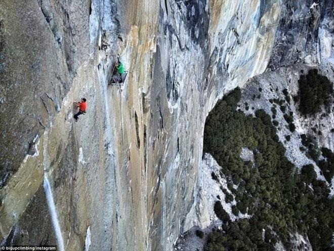 Hai nhà leo núi treo lơ lửng 10 ngày trên vách đá gần 1000m