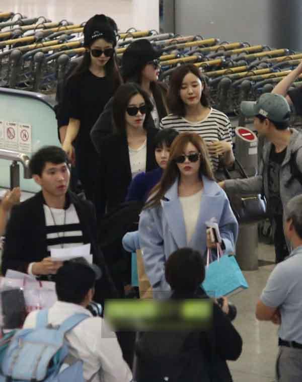 Soyeon (T-ara) bị fan chen lấn ở sân bay Tân Sơn Nhất