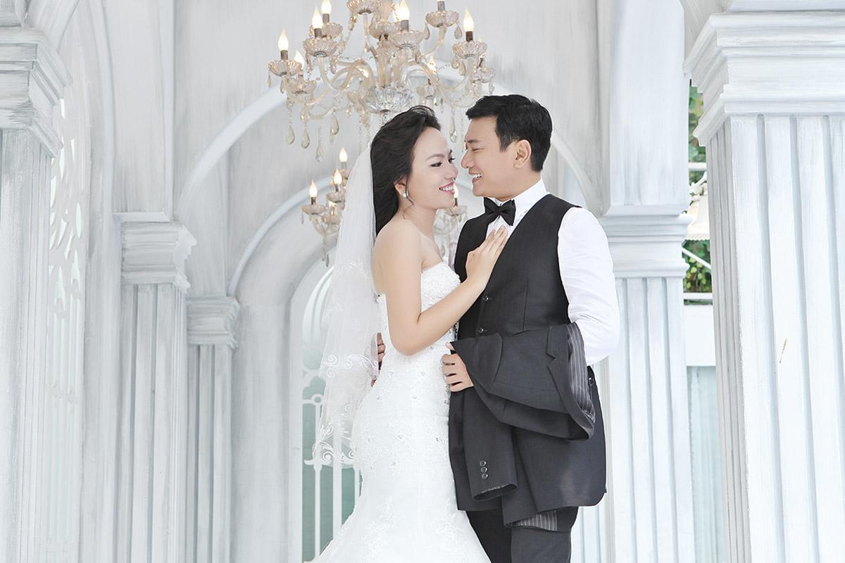 Diễn viên Hoàng Phúc hôn vợ trong ảnh cưới