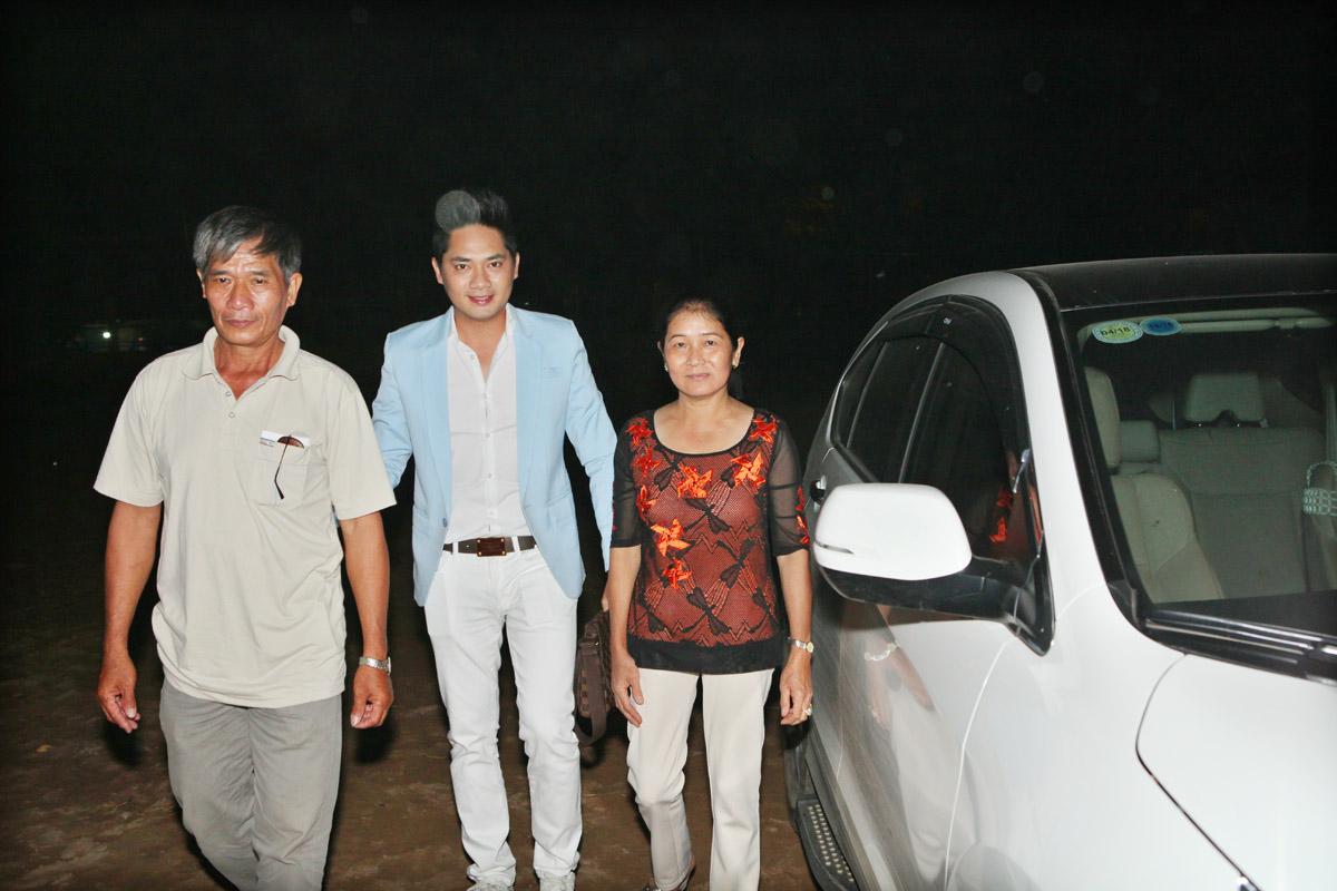 Minh Luân đưa ba mẹ đi xem mình biểu diễn văn nghệ