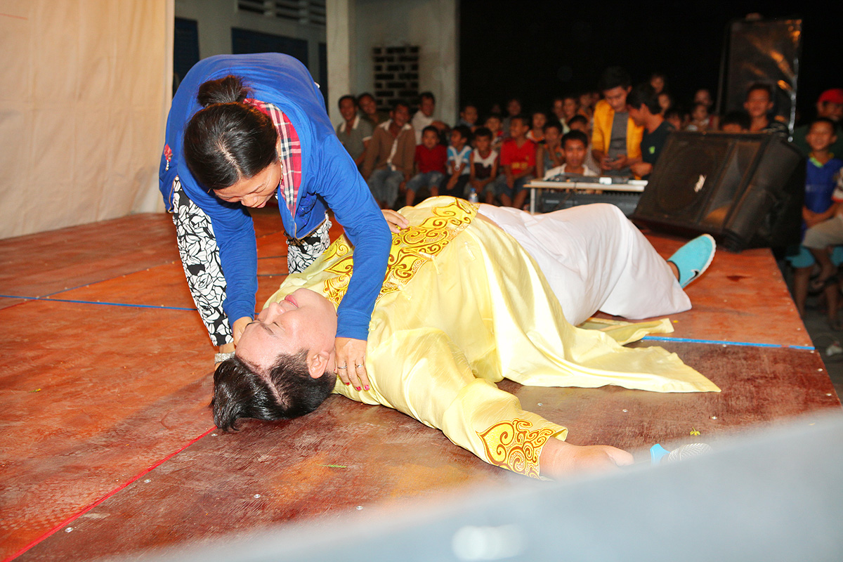 Hoàng Mập bị cưỡng hôn trên sân khấu khi làm MC