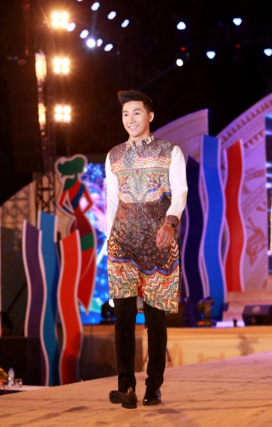 Bộ 3 siêu mẫu Nam Phong, Trịnh Xuân Nhản, Thoại Tiên tự tin giữ vai trò Vedette trong lễ hội áo dài - Ảnh 6