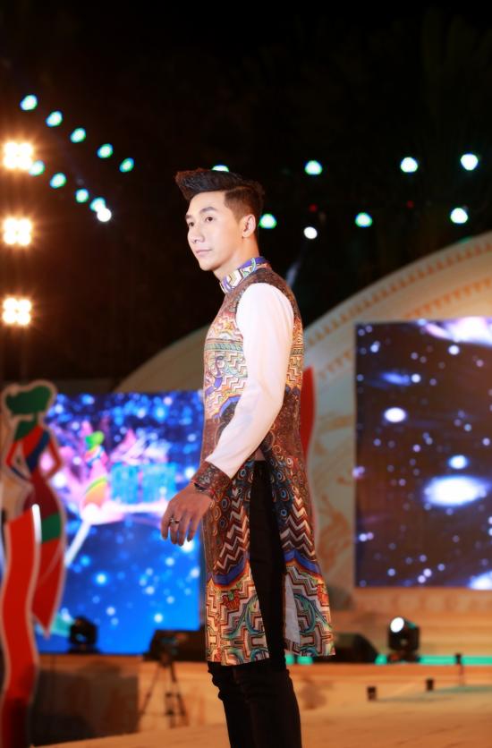 Bộ 3 siêu mẫu Nam Phong, Trịnh Xuân Nhản, Thoại Tiên tự tin giữ vai trò Vedette trong lễ hội áo dài - Ảnh 5