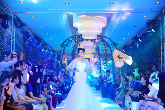 """Á hậu Kim Nguyên """"đốt mắt"""" khán giả trong trang phục cô dâu"""