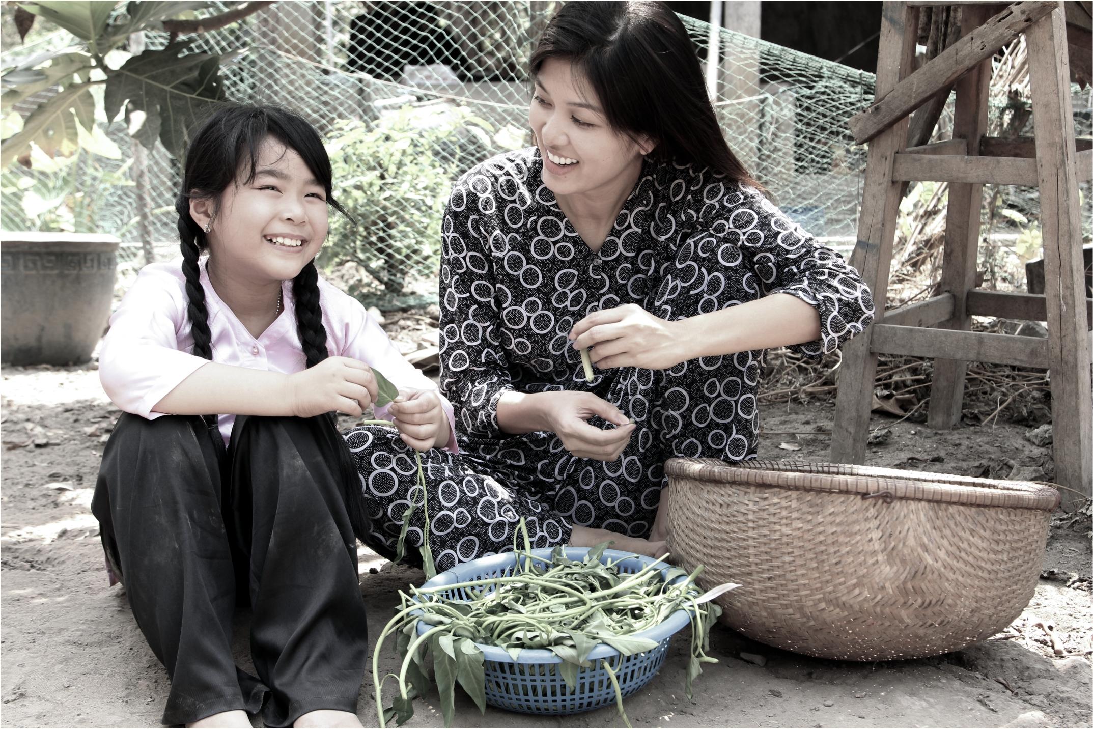 Hoa hậu Oanh Yến bất ngờ hóa thân thành mẹ quê