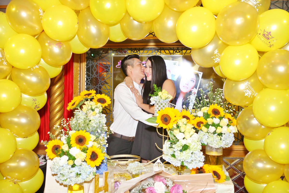 """Phi Thanh Vân được chồng """"hôn như mưa"""" trong tiệc mừng sinh nhật"""