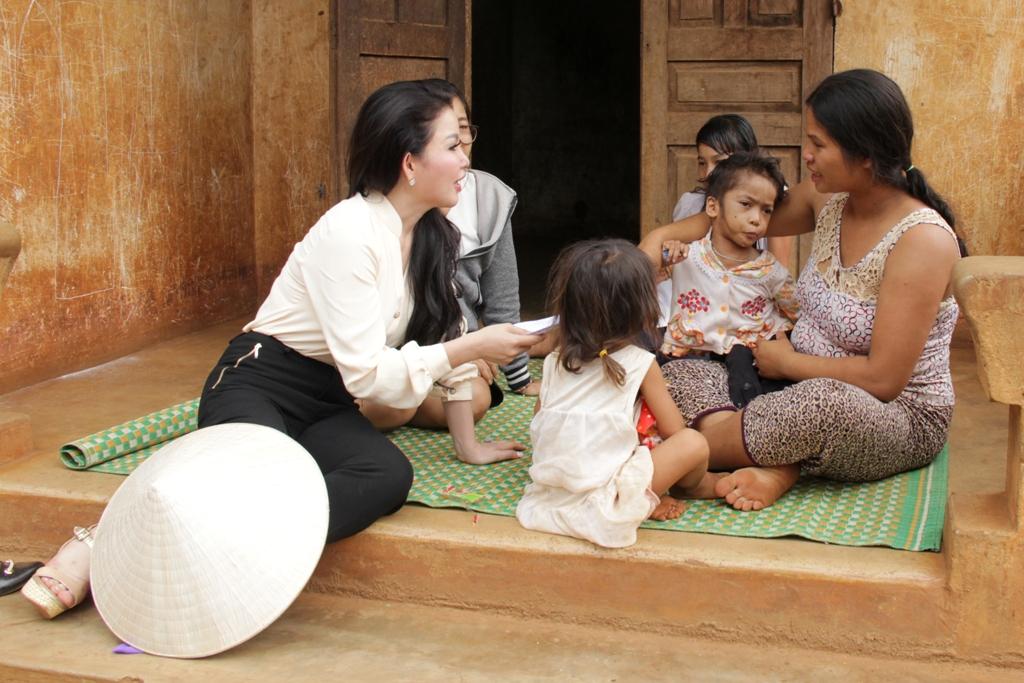 Doanh nhân Janny Thủy Trần làm từ thiện nhân dịp lễ 30/04 – 1/05