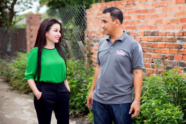 Quyền Linh cùng danh Nhân Janny Thủy Trần giúp đỡ cho gia đình lâm vào nghịch cảnh.