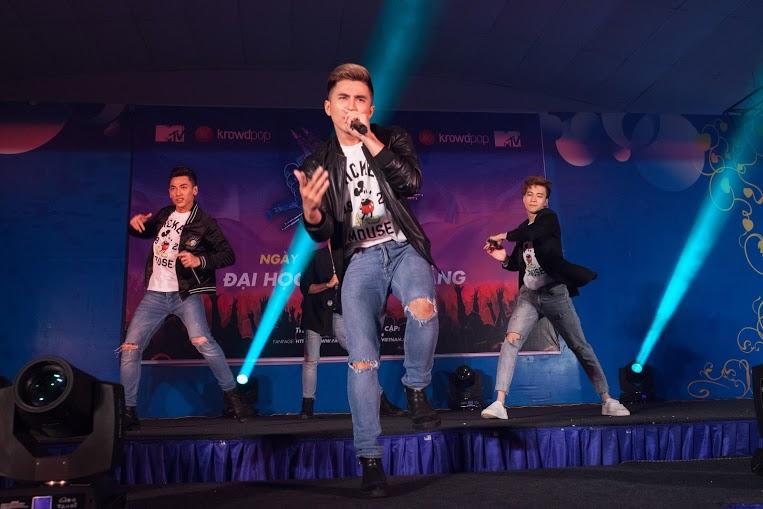 Nhóm nhạc 365 cuồng nhiệt cởi phăng áo tại MTV Star Tour khiến rừng fan hò hét