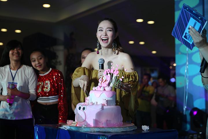 Hàng nghìn fan hát mừng sinh nhật bé Heo tại MTV Star Tour
