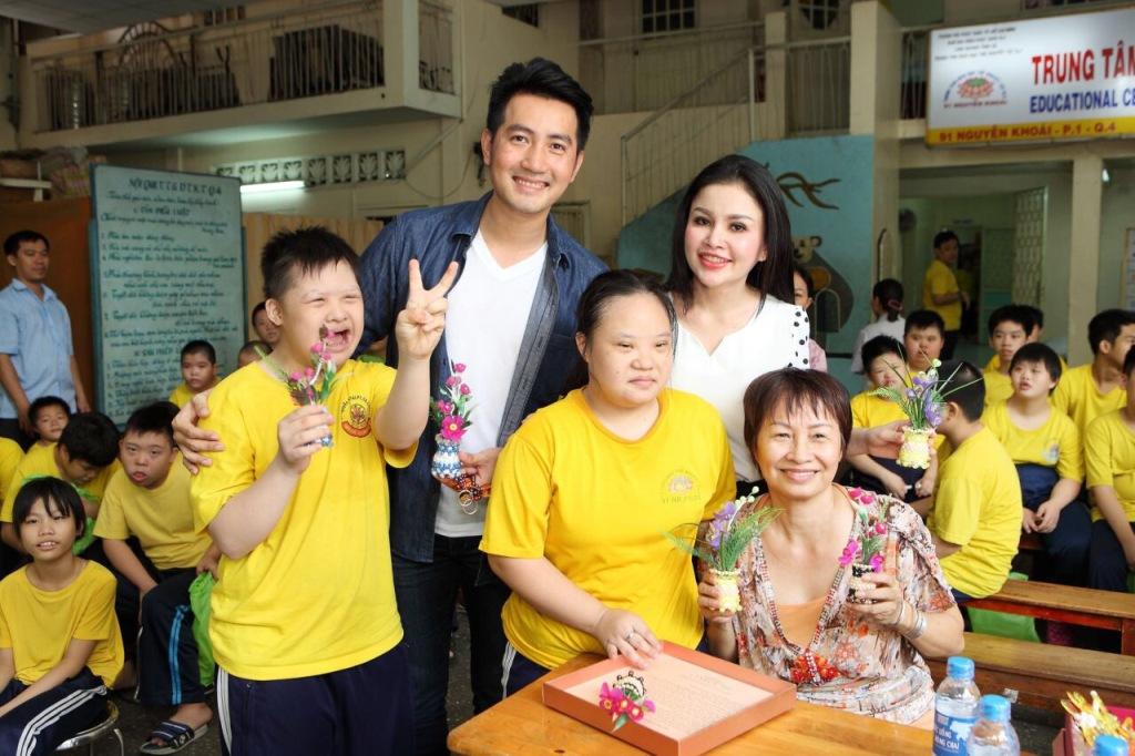 Ca sĩ Nguyễn Phi Hùng và người đẹp - doanh nhân Janny Thủy Trần ca hát cùng các trẻ em khuyết tật.