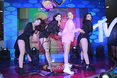 """Đông Nhi lần đầu mang """"gà"""" chiến lên sân khấu MTV Star Tour"""