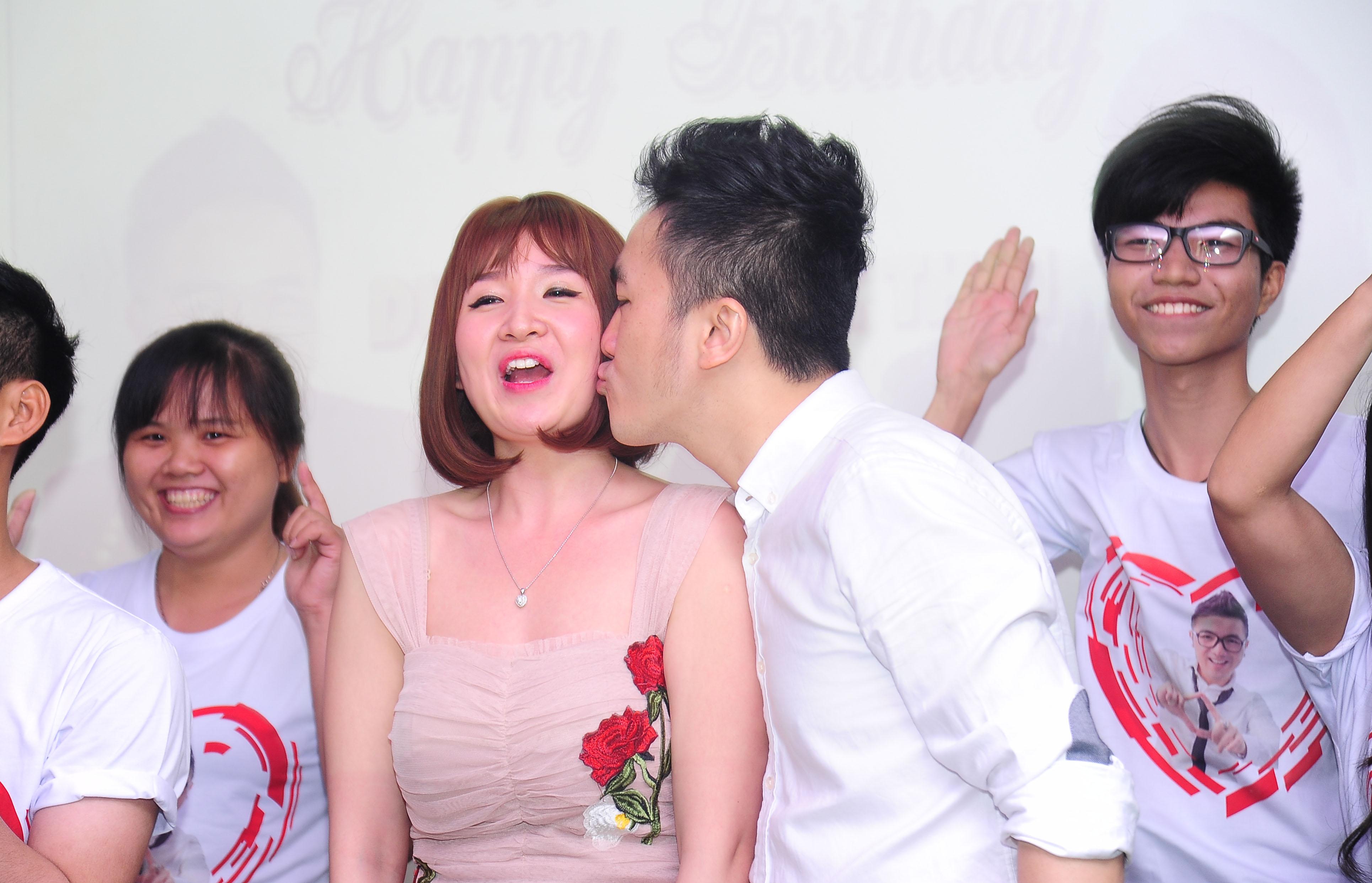 """Vợ chồng Dương Ngọc Thái """"hôn như mưa"""" trước mặt fan"""