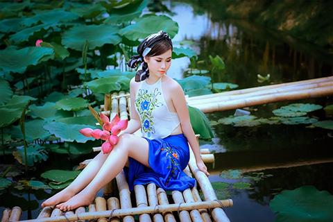 """Nóng mắt với vòng """"eo con kiến"""" của Thanh Trang với áo yếm đào."""