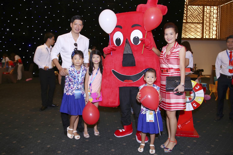 Gia đình MC Bình Minh hạnh phúc khi tham dự sự kiện cùng với con gái Trương Ngọc Ánh.