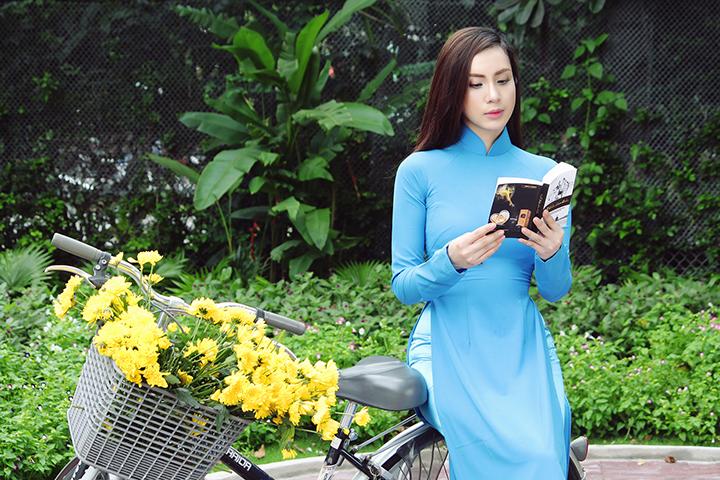 Ngẩn ngơ trước vẻ đẹp của Á khôi Nguyễn Thùy Chi với áo dài.