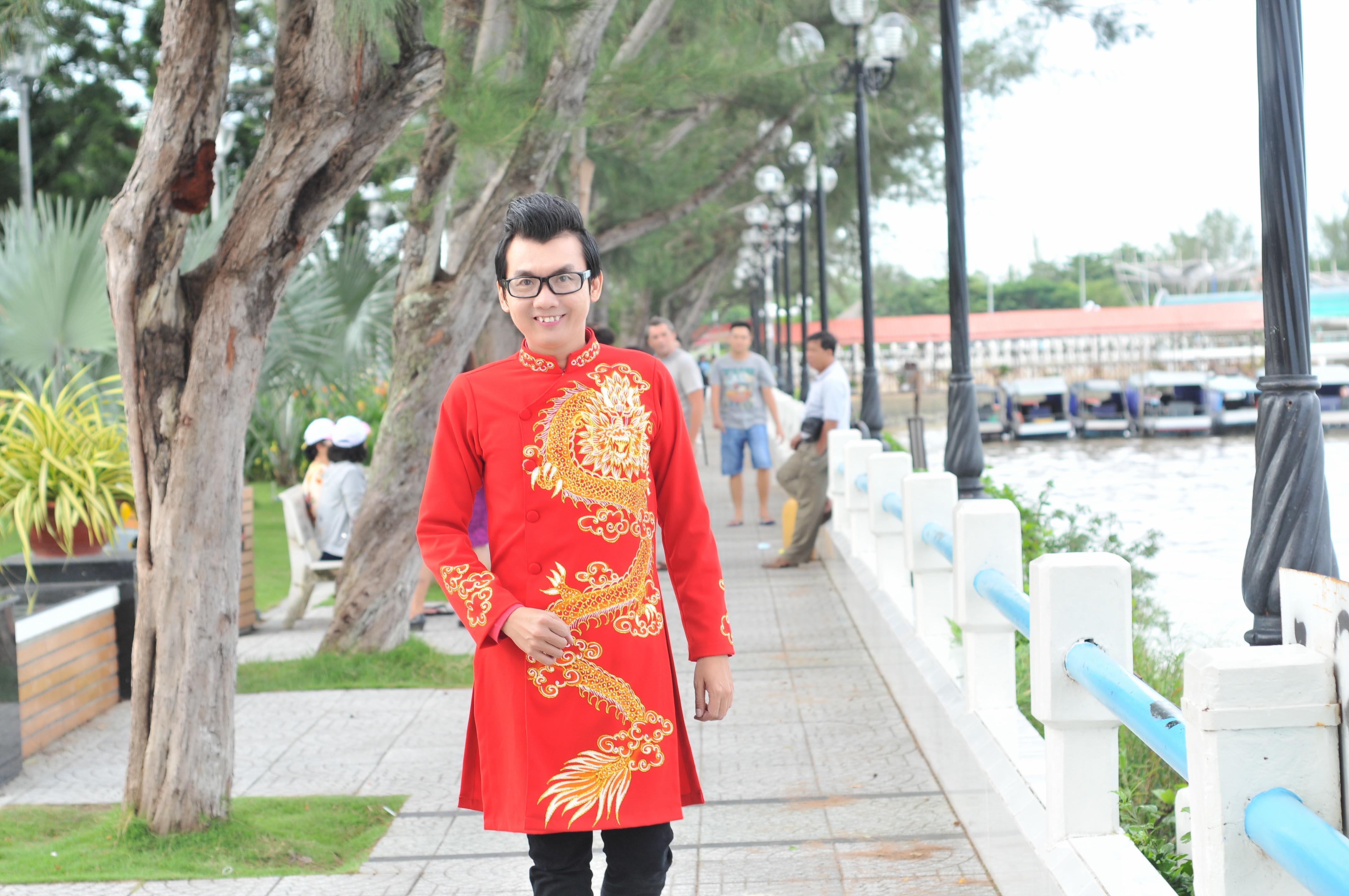 Á vương Ký Quốc Đạt lịch lãm với áo dài Minh Đức