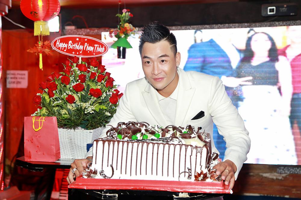 Phạm Thành ôn lại kỷ niệm bằng tiệc sinh nhật hoành tráng