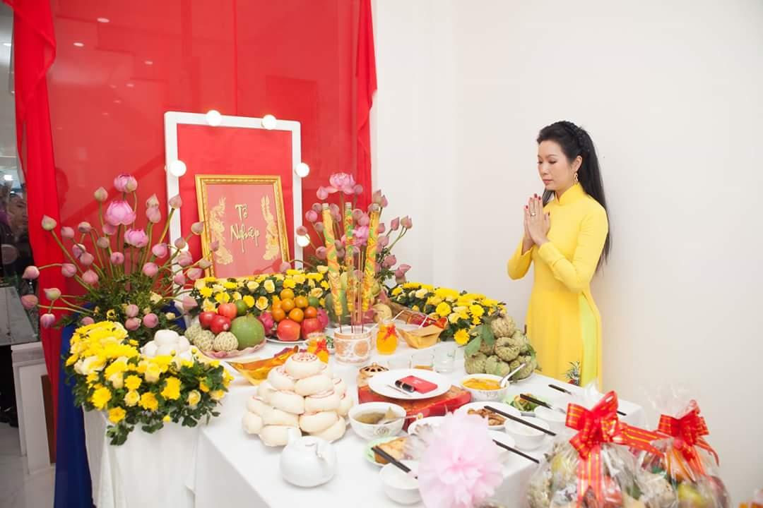 Trịnh Kim Chi giúp Trọng Nguyễn chủ trì buổi lễ giổ Tổ
