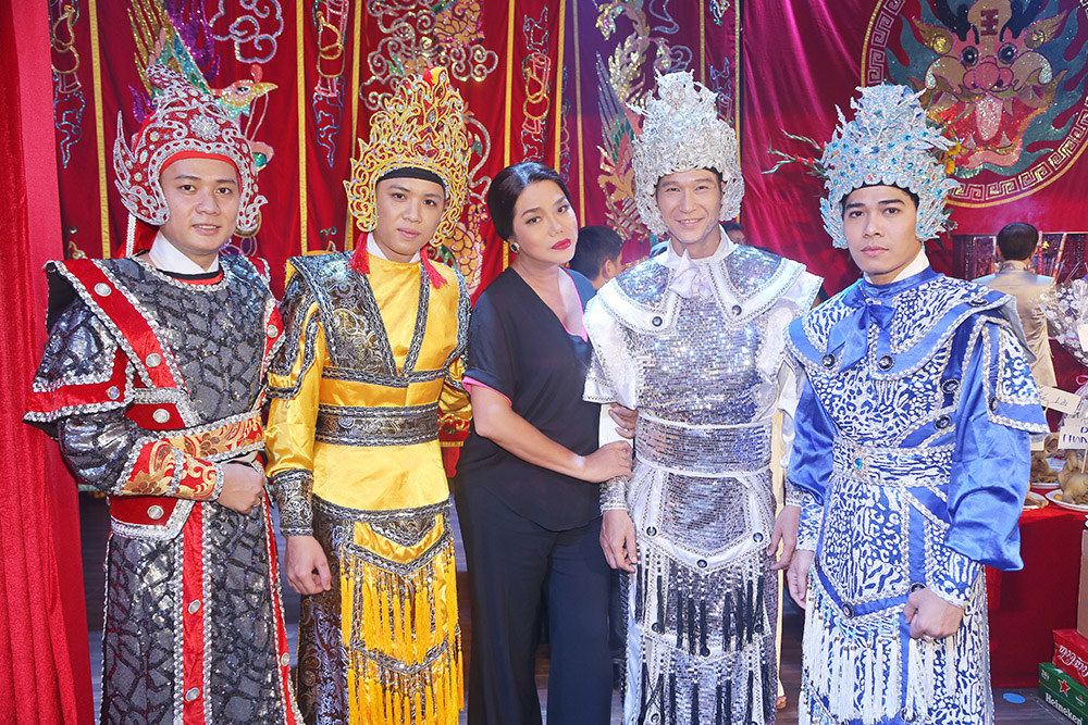 Cindy Thái Tài thành tâm cúng Tổ tại sân khấu kịch Trịnh Kim Chi