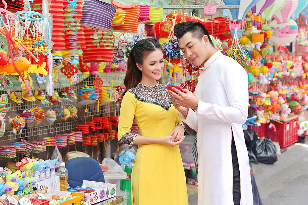 Thùy Trang, Phạm Thành xúng xính áo dài Ngô Nhật Huy dạo phố lồng đèn