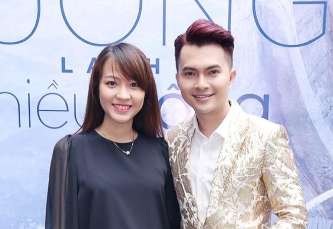 Vợ Nam Cường mang bầu 5 tháng đến ủng hộ chồng hát dòng nhạc mới