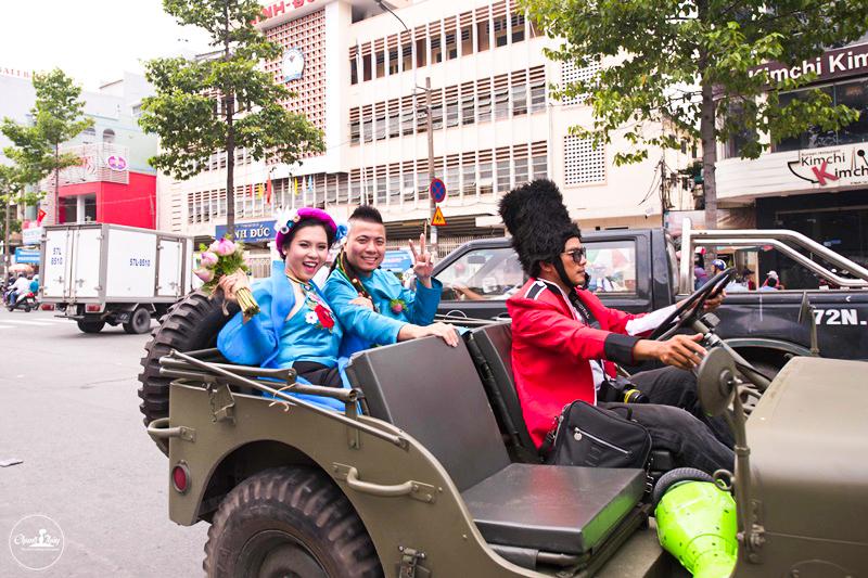 Đường phố náo loạn vì màn rước dâu cực độc của cặp đôi Wang Trần – Thanh Nhân