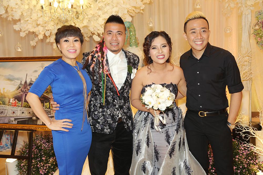 Mặc trời mưa - Dàn sao tề tụ đông đủ tiệc cưới Wang Trần - Thanh Nhân