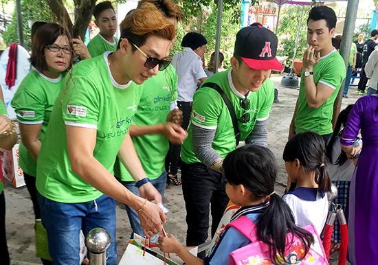 """Á quân Nam Phong hăng hái tham gia chương trình từ thiện """"Gắn kết yêu thương"""""""
