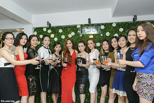 Huyền Võ cùng các khách mời nâng ly chúc mừng Ji Sun Spa khai trương