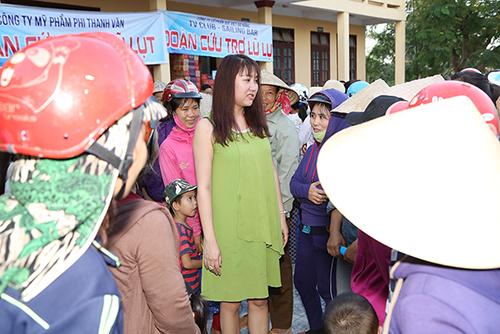 Phi Thanh Vân được fan hâm mộ yêu mến bao vây khi về vùng lũ cứu trợ