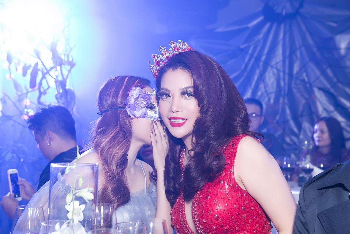Trương Ngọc Ánh đoạt giải thưởng nữ hoàng đêm hội Halloween