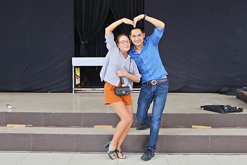 Minh Luân chu môi hôn Thanh Hà, tạo hình trái tim chụp hình