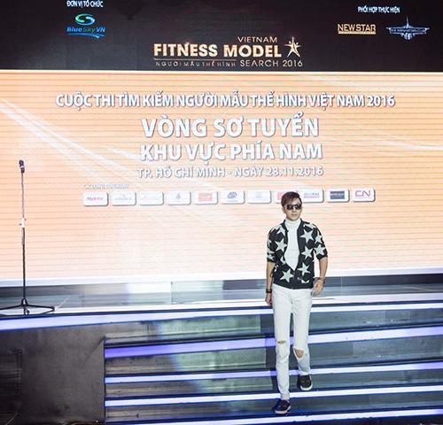 Á Quân Nam Phong hướng dẫn Catwalk cho thí sinh dự thi Fitness Model .