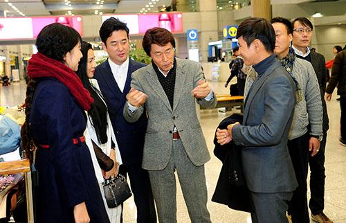 Lý Hải được đạo diễn Hàn Quốc ra sân bay chào đón nồng nhiệt