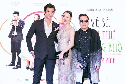 Hà Việt Dũng và Huỳnh Thúy Anh tháp tùng bầu Hòa đi sự kiện.
