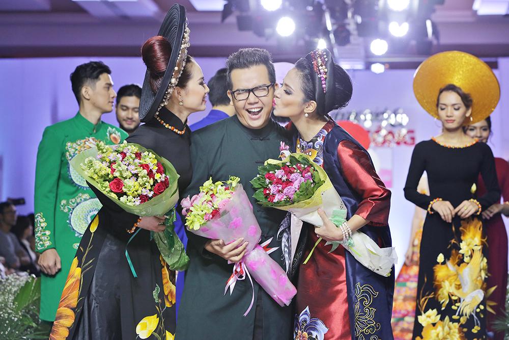 NTK Minh Châu cười tít mắt khi được hai mỹ nhân hôn trên sàn diễn