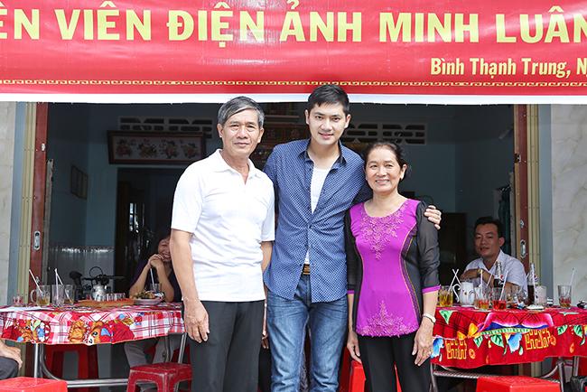 Minh Luân cùng cha mẹ đi trao nhà tình nghĩa và quà Tết cho bà con nghèo