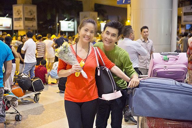 Đoan Trường ra sân bay tặng hoa, chào đón Hồ Lệ Thu về Việt Nam giữa khuya
