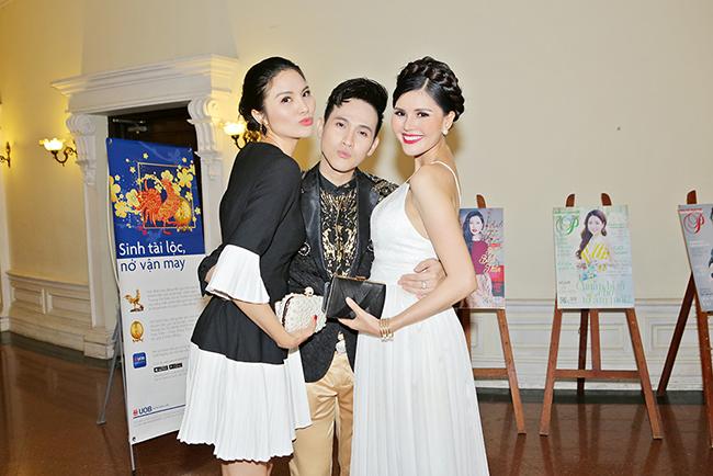 Lê Thị Phương cùng Kim Nguyên choàng tay giữ chặt Nguyên Vũ tại sự kiện