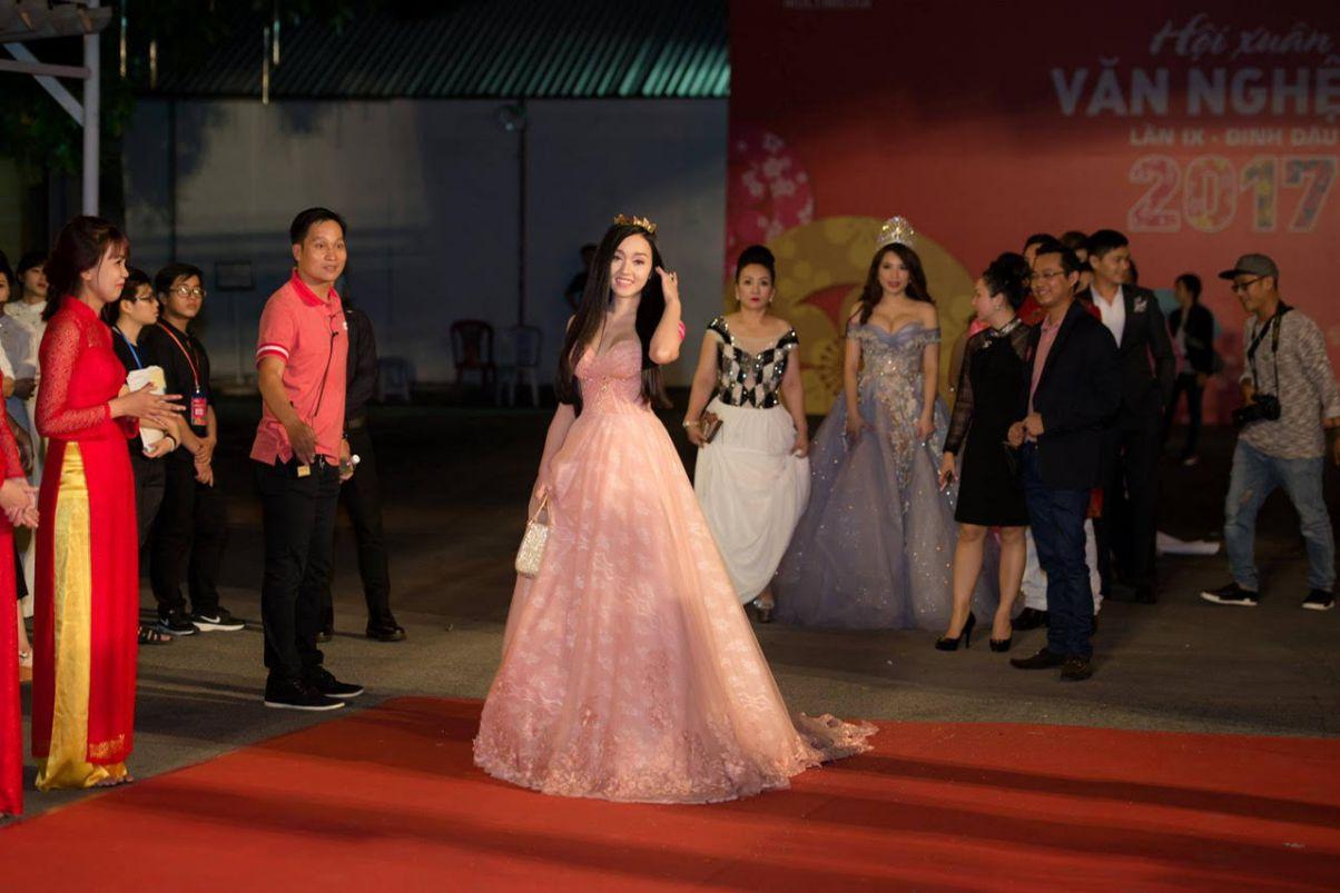 Diễn viên Huỳnh Kim Khánh thả dáng yêu kiều trên thảm đỏ