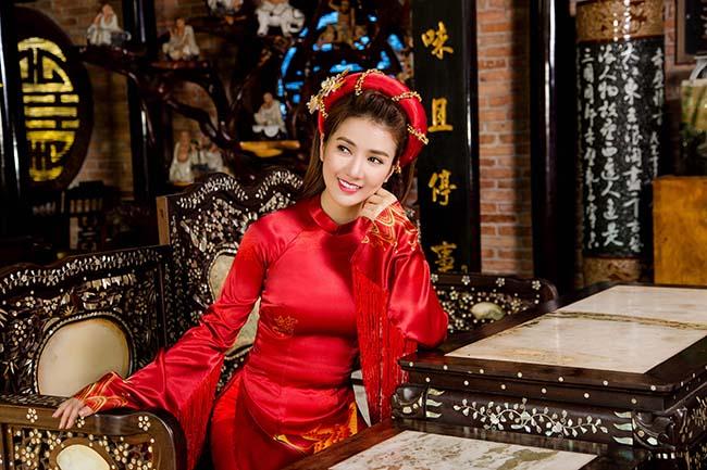 Linh Napie bỗng trở nên duyên dáng và nền nã trong chiếc áo dài truyền thống Việt Nam.