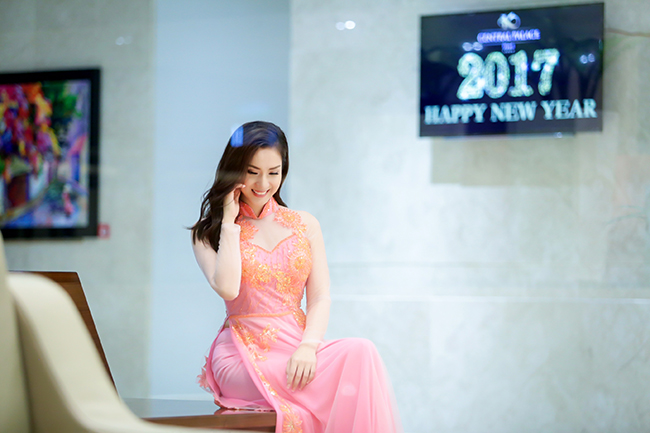Á khôi Nguyễn Thùy Chi khoe đôi chân dài miên man trong dạ hội tuyệt đẹp
