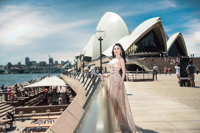Hoa hậu Janny Thủy Trần khoe áo dài trắng tại Viện Nghệ thuật Sân khấu Quốc gia Sydney