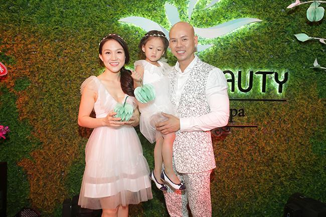 Phan Đình Tùng cùng bà xã lên chức ông - bà chủ