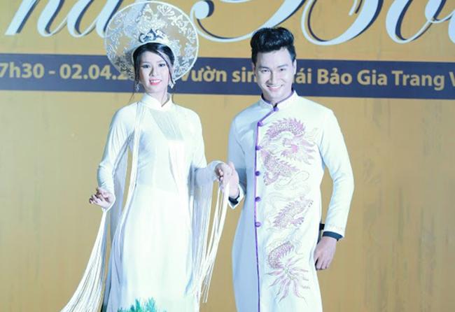 Kim Kha sánh bước cùng Nguyễn Văn Toàn làm veddet trên sàn diễn