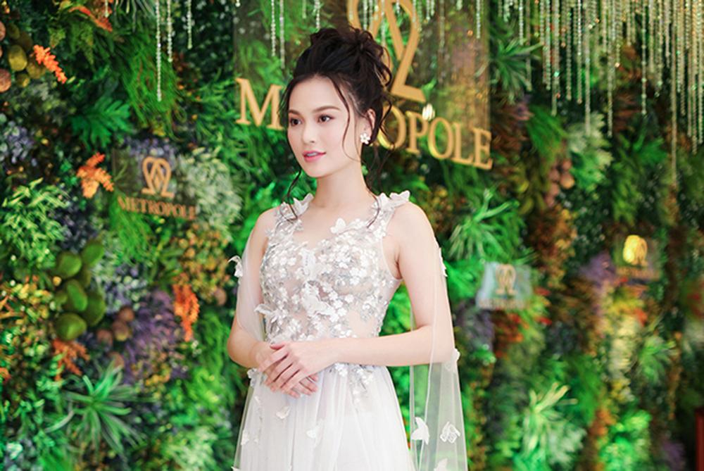 Cao Thùy Linh di chuyển khó khăn khi mang giày 'cà kheo 25cm' giữa sự kiện